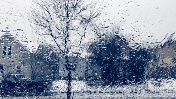Prognoza pogody na dziś: popada deszcz i śnieg, do siedmiu stopni