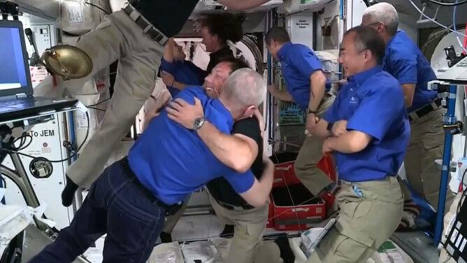 Powitanie na orbicie. Czworo astronautów dotarło na ISS