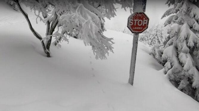 Nawet metr śniegu w górach. W Tatrach i Karkonoszach mogą schodzić lawiny