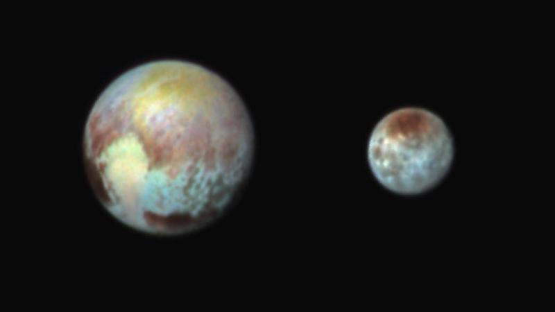 Pluton i jego księżyc Charon w barwach fałszywych. Kolory przedstawiają zróżnicowanie powierzchni i frakcji na obu ciałach