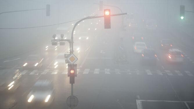 Rano mgły w wielu miejscach Polski. Na północnym zachodzie opady deszczu